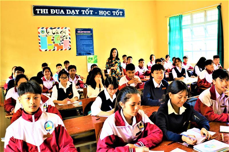 Cô Hiệu trưởng Nguyễn Thị Huệ trong một tiết lên lớp.